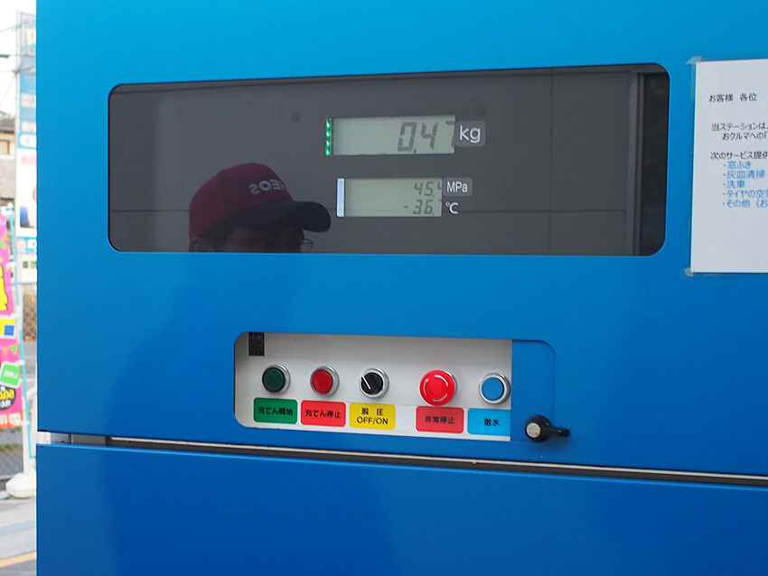 充填中のディスペンサーの表示部分。上は水素の充填量、下は圧力と温度。