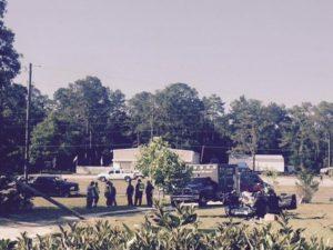 7月1日、米テスラの自動運転支援機能搭載車による死亡事故で、フロリダ州の高速道路パトロール当局者は、事故車内からDVDプレーヤーが見つかったと明らかにした。写真は事故車を検分する 捜査関係者ら。提供写真。フロリダ州ウィリストンで5月撮影(2016年 ロイター)
