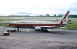 塗装は違っていますが事故機です(機体登録番号:PK-GIE) 出典:Wikipedia